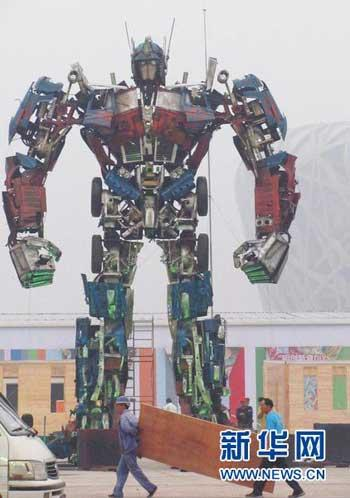 11.5 meters tall and 6 tons in weight. This huge transformer is being put up at the north square of Beijing's Bird Nest.