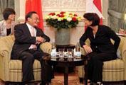Le président du Parlement chinois et la présidente suisse conviennent d´étendre la coopération bilatérale sino-suisse