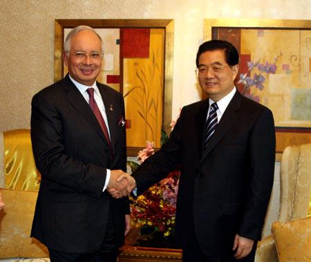 ChinesePresidentHuJintao(R)shakeshandswithMalaysianPrimeMinisterNajibTunRazakinKualaLumpur,Malaysia,Nov.10,2009.(XinhuaPhoto)