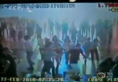 A disco club in Chile's capital, Santiago, has released an amateur video, recording the very moment when the earthquake struck. (CCTV.com)