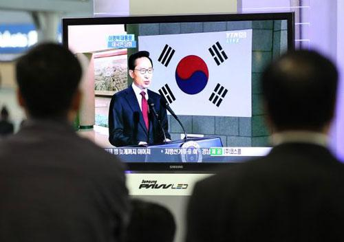 People watch on TV a speech by South Korean President Lee Myung-bak in Seoul May 24, 2010. (Xinhua)
