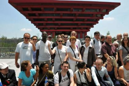 ForeignvisitorsposeforagroupphotoinfrontoftheChinaPavilionintheWorldExpoParkinShanghai,eastChina,onJune5,2010.Morethan10millionpeoplehavevisitedtheShanghaiWorldExposinceitsopeningonMay1,theevent'sorganizerssaidSaturday.(Xinhua/HeJunchang)