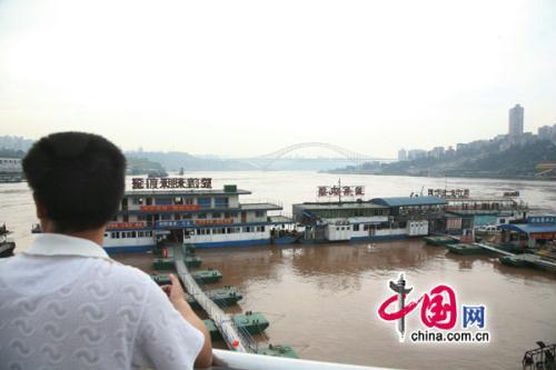 Photo: Chao Tian Men Harbor, Chongqing, July 19th. The footway along the Yangtze river has been submerged under water. All boats are anchored, and all shipping is strictly prohibited.(CNTV.cn)