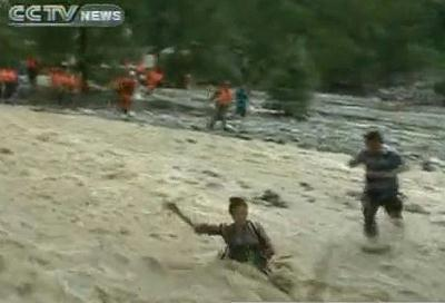 The 23-year-old reporter from Chengdu TV was following a rescue team on the outskirts of Dujiangyan city.She was swept away when crossing a temporary bridge made of bamboo and rope.