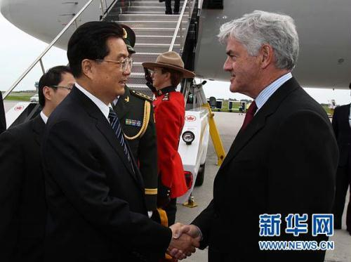 Chinese President Hu Jintao arrives at the airport in Ottawa for a state visit to Canada, June 23, 2010. Later he will travel to Toronto for a summit of the Group of Twenty(G20).(Xinhua/Fan Rujun)