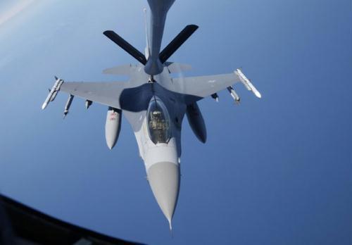 AKC-135Stratotankerfromthe909AirFuelingSquadronofthe18thWingoftheU.S.AirForce,performsanaerialrefuelingexercisewithaF-16FightingFalconfromtheU.S.SeventhAirForce's8thFighterWing,duringajointmilitarydrillbetweenSouthKoreaandtheU.SinwatersofftheeastcoastoftheKoreanpeninsula,July26,2010.(Xinhua/ReutersPhoto)