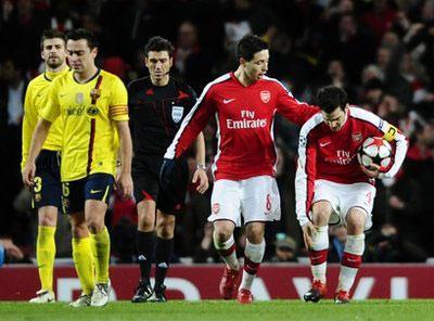 Arsenal'sSamirNasri,secondright,checksonhisteammateCescFabregas,right,holdinghislegastheywalkbackupthepitchafterFabregasscoredduringtheChampionsLeaguequarterfinalfirstlegsoccermatchbetweenArsenalandBarcelonaattheEmiratesStadiuminLondon,Wednesday,March31,2010.Thegamefinished2-2.(APPhoto/ManuFernandez)