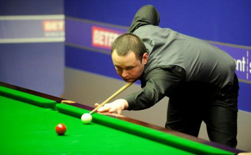 Stephen Maguire eased to a 10-4 first round victory over qualifier Stephen Lee.