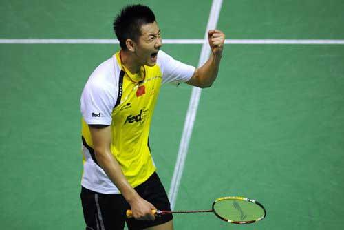 China'sChenJinwastheonebetterthanlastyeartoliftthemen'ssinglesworldbadmintontitle,subduingIndonesia'sTaufikHidayat21-13,21-15inthefinal.