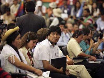Bolivia'sPresidentEvoMoralesattendstheWorldPeople'sConferenceonClimateChangeandtheRightsofMotherEarthsessioninTiquipayaontheoutskirtsofCochabambaApril20,2010.REUTERS/DavidMercado