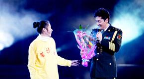 蔡国庆唱《同一首歌》被母女强抱