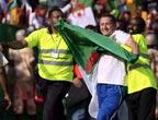 阿尔及利亚球迷冲入场内庆祝