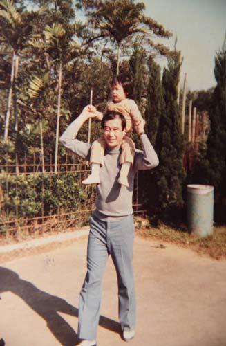 陈楚河幼时和父亲合影