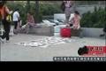 西安街头女孩替母亲卖风筝爆红被称风筝西施