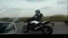 实拍:牛人摩托车上演杂技
