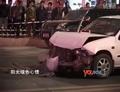 [拍客]实拍湖南益阳老板驾车撞坏14台车14人受伤惨烈现场