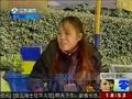 女生奇装异服在中山陵前拍照,引发网友热议