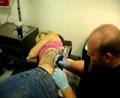 美女腰上刺青过程实拍,疼呀!