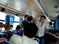 实拍两强悍妇女在公交车上打斗