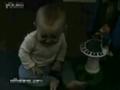 宝宝放屁竟把自己吓哭