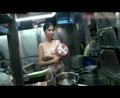 美女参加节目煮饭做厨神
