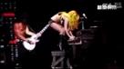 LADY GAGA演唱会上着性感装踩钢琴耍帅,摔成倒栽葱