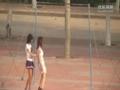 奔放女大学生 操场器械大秀钢管舞