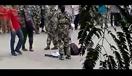 实拍:男生军训现场跪地求爱 歇斯底里被拖走