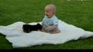 萌狗狗推到了小宝宝 让你小子再傻笑!