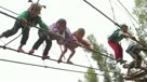 实拍凉山山区小学生攀爬钢索上学