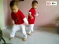 逆天!可爱双胞胎宝宝跳骑马舞~超萌