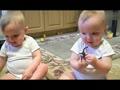 可爱双胞胎宝宝模仿爸爸打喷嚏