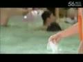韩国美女泳池嘻戏胸罩被扯掉走光