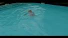 一周岁宝宝一口气横渡游泳池 神了