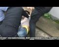 【拍客】武汉柔弱女警撂倒1.8米小偷 激发周围大学生出手相助