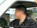 【拍客】大货车爆胎翻车 广深高速上演捉猪大战