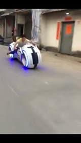 屌丝驾驶酷炫光环战车 村道飞驰引人侧目