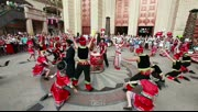 来凤摆手舞快闪至武汉 引众多市民围观