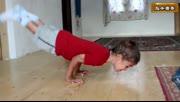 罗马尼亚5岁小男孩完成垂直角度俯卧撑