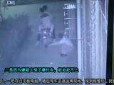 """【拍客】监拍小伙路边埋头""""蹭网""""忽遭""""飞车党""""淡定抢夺"""