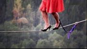 用生命在行走:美国妹子穿高跟鞋高空走钢丝