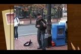 街头小提琴手超水平发挥 小哥们给跪了