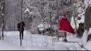 赤裸裸的圣诞老人在树林恶作剧