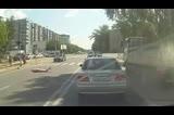 实拍女子过马路玩手机被撞飞