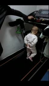 家庭搞笑录像:一岁半萌娃跑步机上健步如飞 有模有样