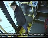 【拍客】离奇一幕!公交车上小偷被抓 小偷同伙强行营救