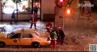 喝醉酒的圣诞老人纽约街头群殴