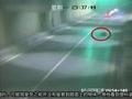 【拍客】一个塑料袋引发的车祸 SUV车侧翻一死一重伤