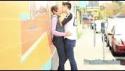 外国帅哥搭讪外国美女然后礼貌接吻视频