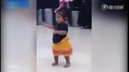 两岁萌萝莉跳草裙舞